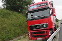 Kamion kličkoval na dálnici, řidič zřejmě za volantem usnul. Pak havaroval do svodidel.