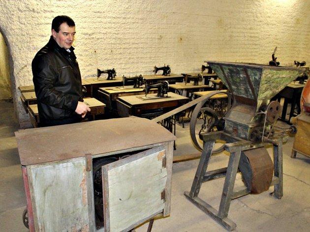 Sběratel Jiří Zubko a jeho unikáty v muzeu, které sídlí v bývalých pivovarských sklepích.
