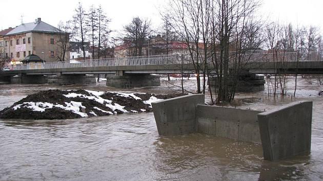 Rozvodněná řeka Ohře v Sokolově zaplavila zahrady, sklepy a dokonce restauraci.