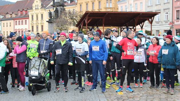 Novoroční běh v Lokti si získává stále více příznivců.