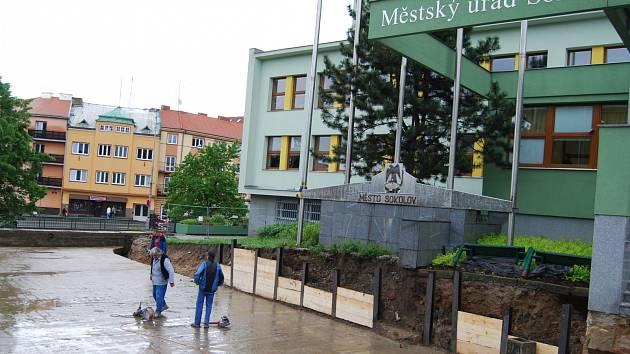 Jednou z mnoha investic, na které poslal finance ROP Severozápad, jsou opravy mostů v Sokolově. Na snímku dělníci pracují na tom před městským úřadem.
