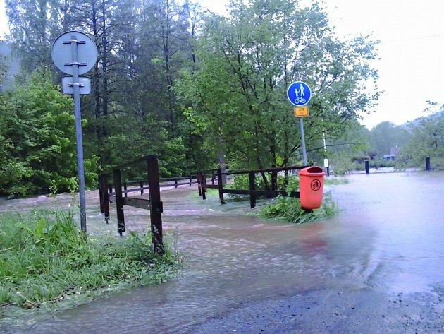 PĚŠÍ zóna byla při povodních zaplavená stejně jako zahrady. Zahrádkáři po ní nyní jezdí, aby odklidili nepořádek. Vystavují se ale hrozbě pokuty.