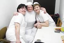 V KOLEKTIVU. Paní Jitka si v práci našla nové přátele. Na snímku je se svými kolegyněmi.