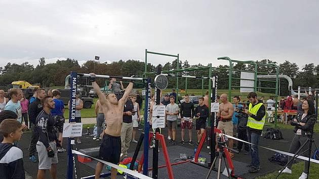 Padl rekord.  Sokolov se počtvrté připojil ke Světovému dni shybu. Loňský rekord byl překonán o téměř 19 tisíc shybů.