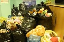 Studentské zastupitelstvo Sokolova zorganizovalo sbírku, při které se vybralo 15 pytlů hraček