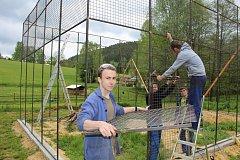 Budoucí svářeči ze sokolovské ISŠTE pomáhají v Záchranné stanici Drosera stavět novou rozletovou voliéru.