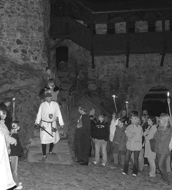 Návštěvníci hradu mohly přišli v pátek na poslední noční prohlídku i s představením v tomto roce.