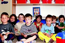 Děti z Mateřské školy ve Svatavě se radují z nového nábytku.