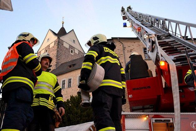 Cvičení hasičů na loketském hradě.