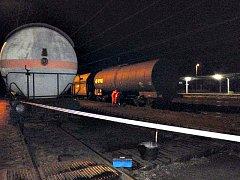 Na nádraží v Novém Sedle unikl fenol z železniční cisterny.