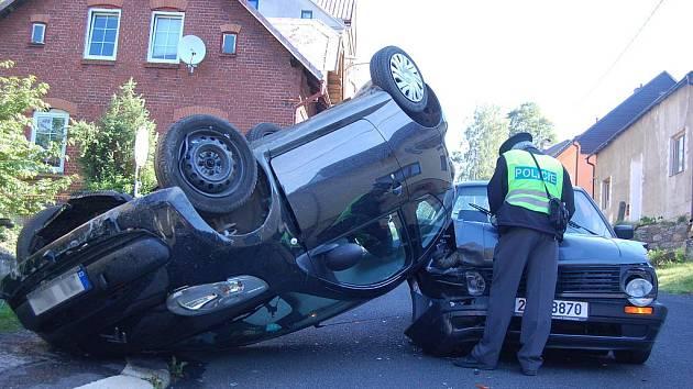 AUTO řidičky skončilo po nárazu o betonovou zídku na střeše. Ženě se naštěstí nic nestalo.