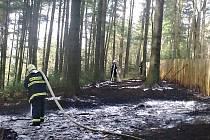 HASIČI stále častěji vyjíždějí k požárům trávy a lesních porostů. Po víkendu jich mají na kontě kolem třicítky.