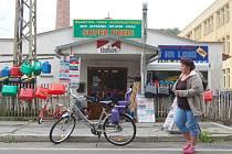 Pod kamenným obchodem v Kraslicích, u hlavní silniční tepny vedoucí do Německa, našli celníci množství nelegálních cigaret a alkoholu.