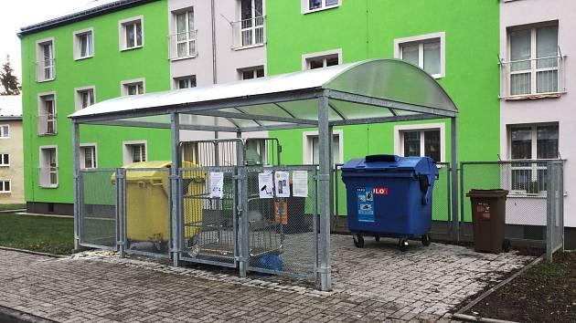Součástí kontejnerových hnízd na sídlištích v Horním Slavkově jsou i klece na pytlový svoz odpadu.