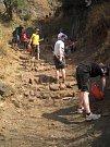 Stavění schodů do vesnice v Indii