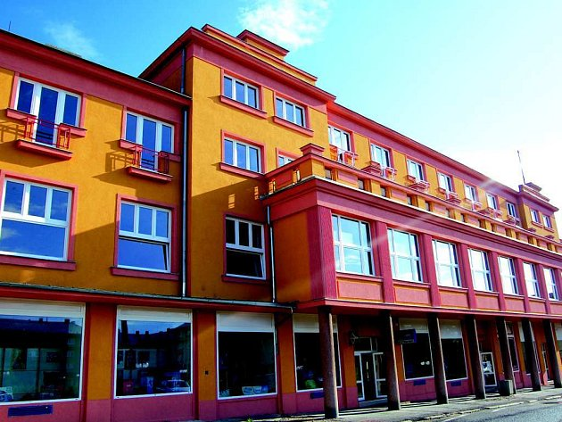 Bývalý hotel Tatran v Horním Slavkově se mění na městský úřad. Z budovy staré radnice pak bude bytový dům.