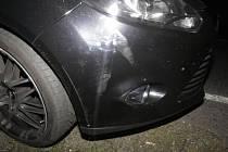 Auto se vyřítilo v protisměru, řidič strhl řízení a havaroval. Poškodil si nárazník.