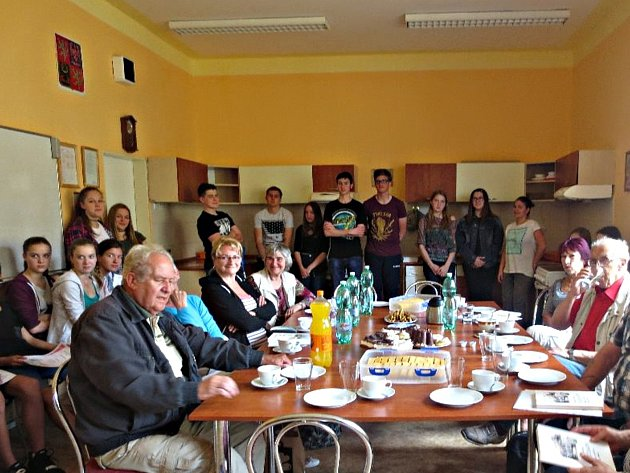 Na závěrečném setkání senioři vyjádřili nadšení a spokojenost s přístupem dětí ze základní školy v Rokycanově ulici