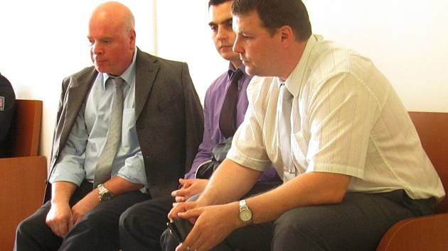 OBŽALOVANÍ V. Novák (uprostřed) a P. Herink (vpravo) se svým obhájcem.
