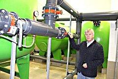 JEDNATEL KMS Kraslické městské společnosti s.r.o. Otakar Mika v prostorách čistírny odpadních vod, která prošla rekonstrukcí za 11 milionů korun.