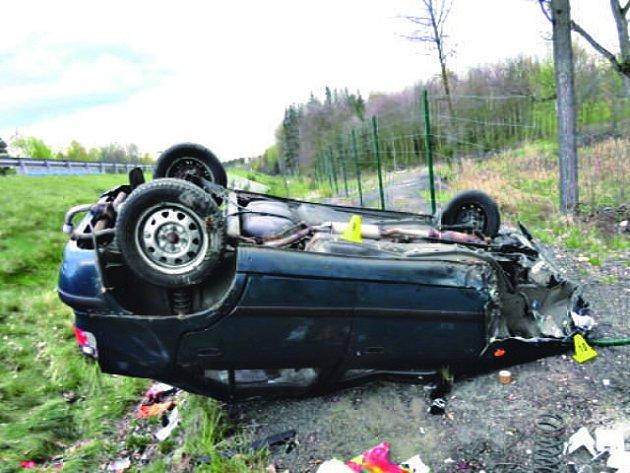 Řidička se při nehodě lehce zranila. S autem skončila na střeše.