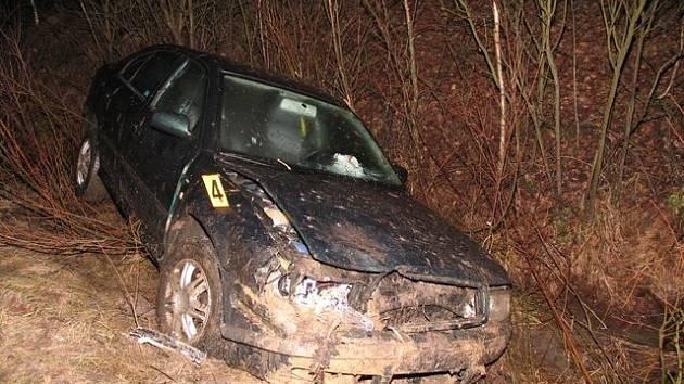 K SEDMI DOPRAVNÍM nehodám museli ve středu ráno vyjíždět dopravní policisté v kraji. Ty se naštěstí obešly bez zranění. Na snímku nehoda, která se stala po páté hodině ranní na silnici z Vintířova na Lomnici. Řidič tam dostal smyk a skončil mimo silnici.