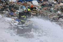 Požár skládky komunálního odpadu u Vintířova.
