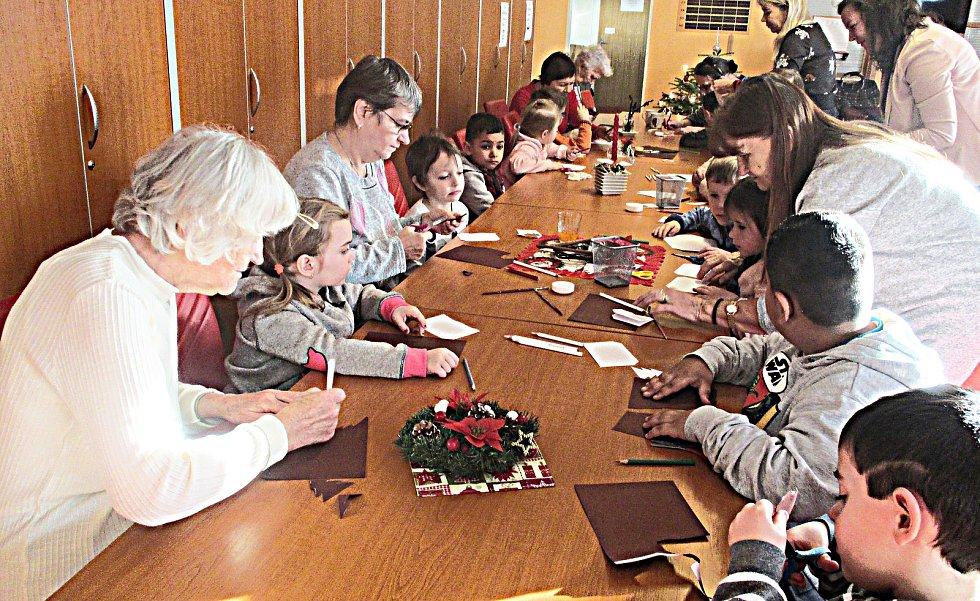Senioři spolu s dětmi zpívali a vyráběli.