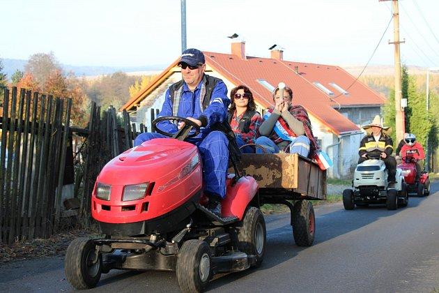 KOLONA zahradních traktorů projela Starou Chodovskou