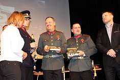 Kriminální případy Četnické pátrací stanice Cheb přiblíží Vladimír Bružeňák. Na snímku je v četnické uniformě vlevo při křtu své knihy Morový rok.