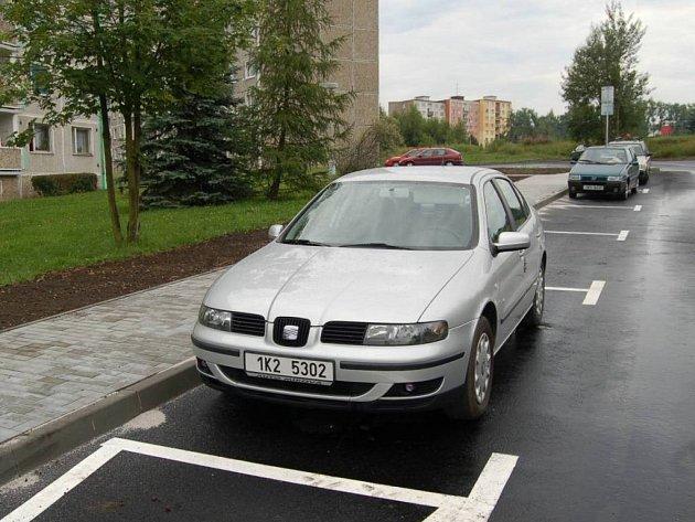 Parkování v Západní ulici v Chodově.