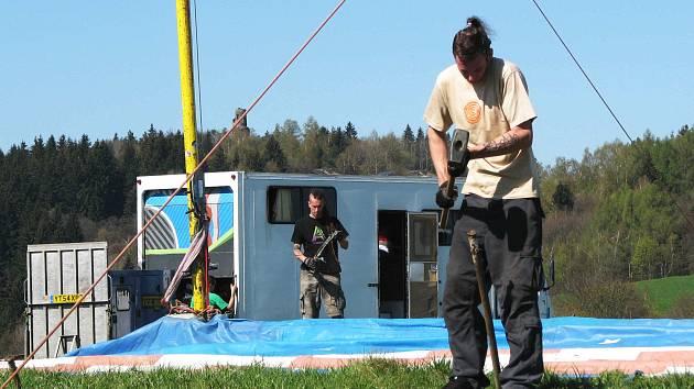 TECHNAŘI se připravují na taneční víkend. Na snímku je vidět, jak staví obří stan ve stylu cirkusového šapitó.