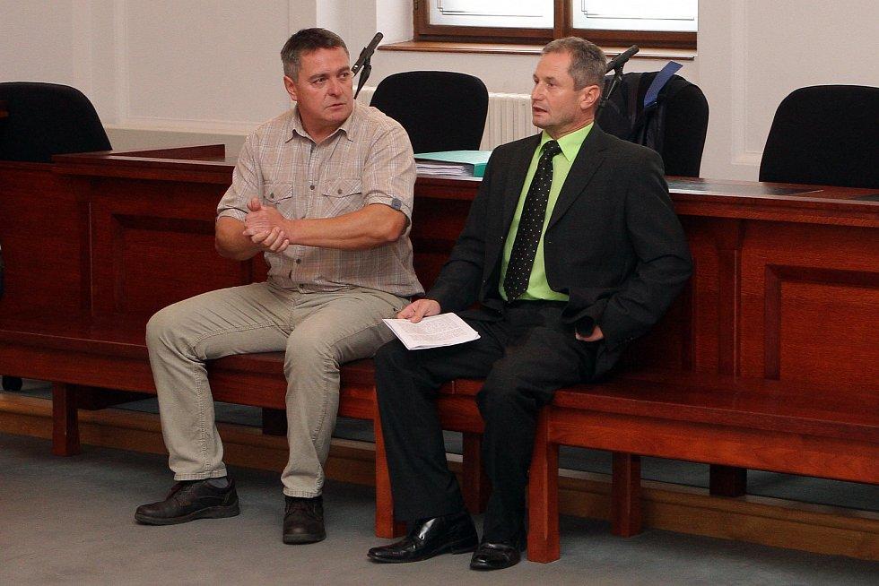 Na snímku vlevo šéf Bytové organizace Oloví Radek Jelínek a starosta města Miroslav Filandr. Archivní snímek.