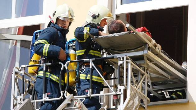 Cvičení hasičů v léčebně v Dolním Rychnově.