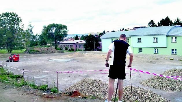Základy sportoviště na Baníku, kde dělníci narazili na uhlí