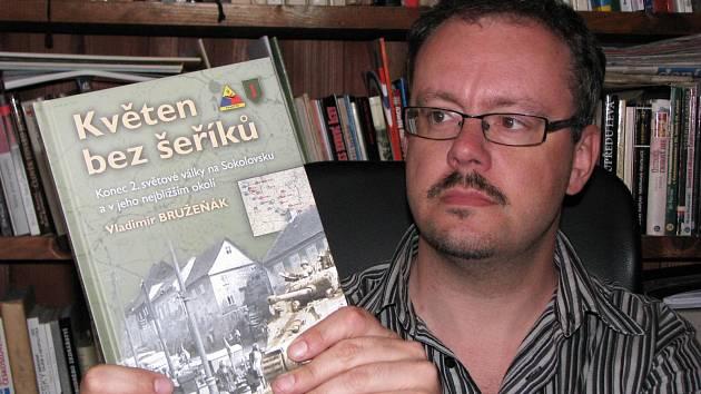 HISTORIK Vladimír Bružeňák ukazuje svoji novou knihu Květen bez šeříků.