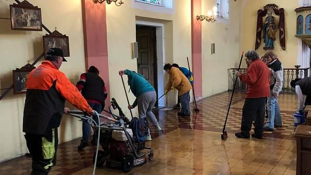 Dobrovolníci prováděli generální úklid kostela v Rotavě