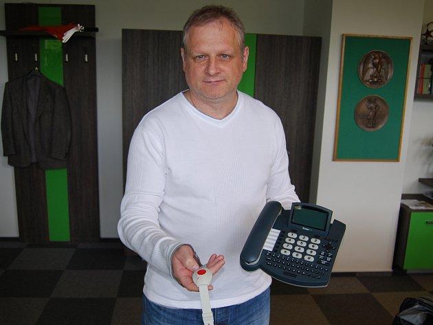 Na snímku ukazuje náramek s telefonem pro seniory starosta Jan Picka