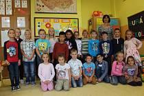 Děti ze třídy 1.B na ZŠ Sokolov, Švabinského s třídní učitelkou Danou Brožíkovou.
