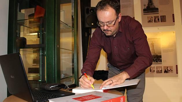 I na přednášce v Kynšperku bude možné zakoupit publikaci, jíž je Vladimír Bružeňák spoluautorem.