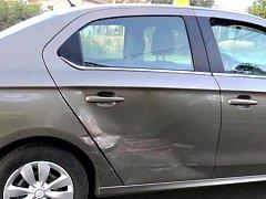Agresor za volantem auto nejprve vybržďoval, pak do něj i narazil.