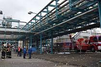 AREÁL sokolovské chemičky, kde loni  vybuchl zásobník na metylakrylát. V pátek tam hasiči zasahovali kvůli úniku kyseliny z poškozené nádrže.