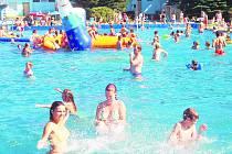 KDYŽ V SOKOLOVĚ panují vedra, je městské koupaliště plné lidí.  A tak ve městě znovu ožívají fámy, jejichž šíření chce radnice jednou provždy zamezit.