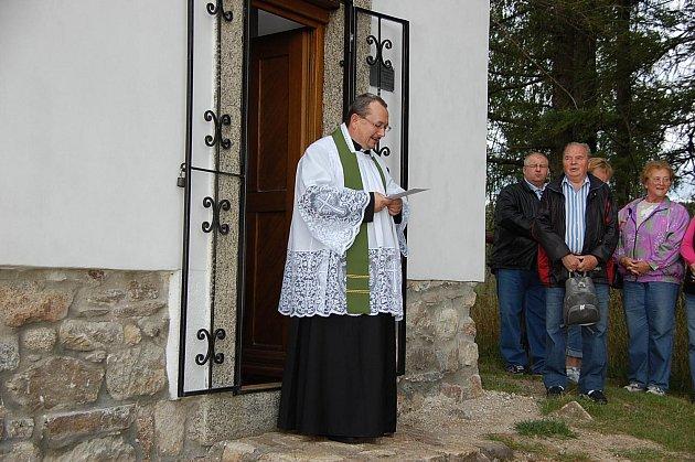 Krátká bohoslužba faráře Majkova.