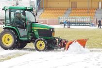 V pátek dopoledne se v Sokolově znovu uklízel sníh ze hřiště Baníku