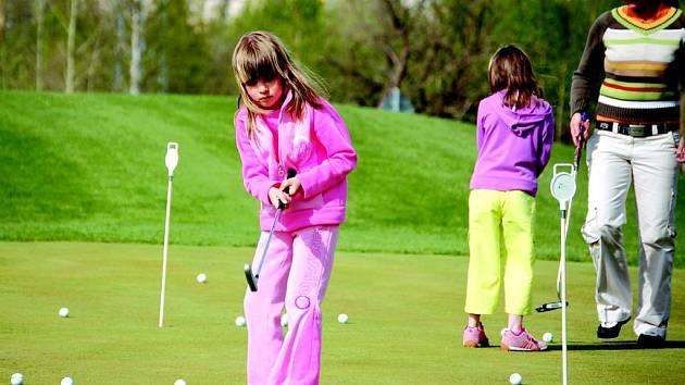 Golfový profesionálové učili v sobotu této hře děti.