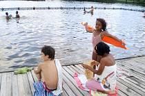ČLOVĚK  v tísni zorganizoval mimo jiné i pobytový výlet do Chomutova. Vyvrcholil koupáním v Kamencovém jezeře.
