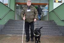 Josef Krajčovič testuje elektronickou slepeckou hůl