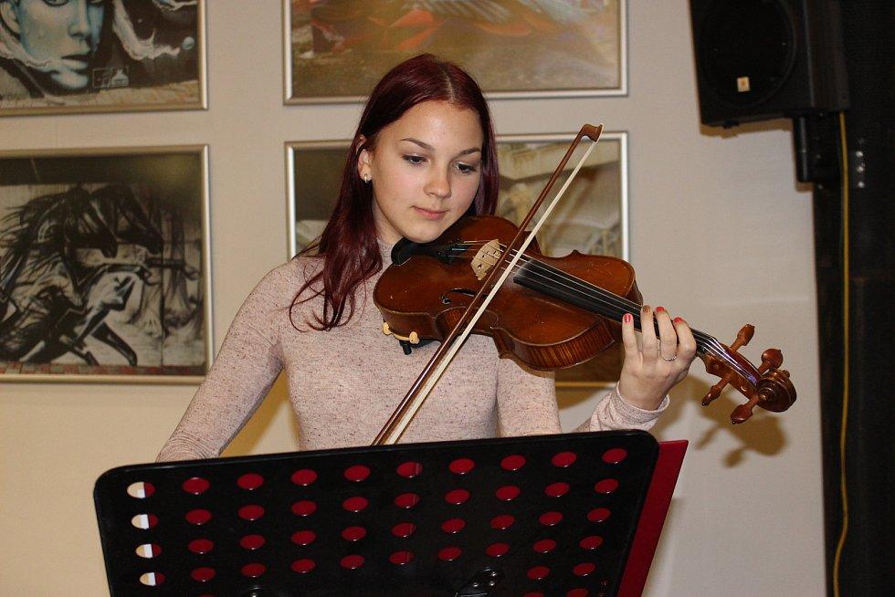 Při křtu zahrála na housle Lucka Šreinová.