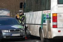 Nehoda osobního auta a autobusu, který převážel školáky na divadelní představení.